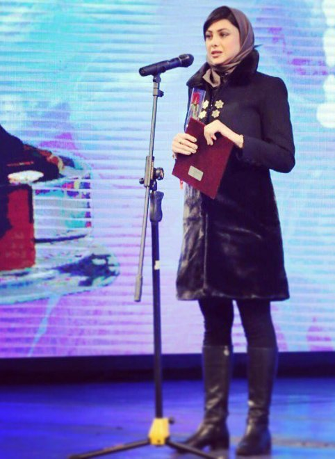 تیپ دیدنی آزاده صمدی در اختتامیه جشنواره فجر