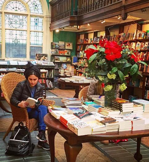 مطالعه کردن النازشاکردوست در کتابخانه , چهره های ایرانی
