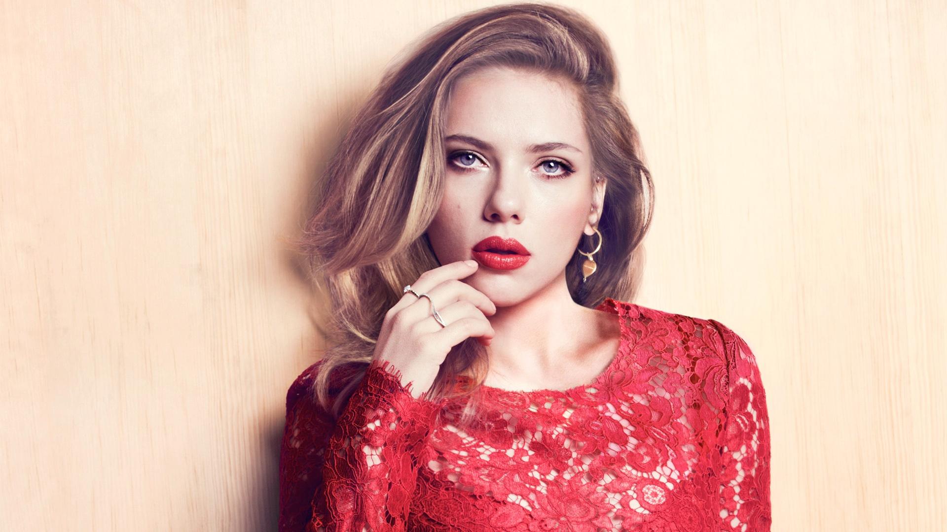 http://s7.picofile.com/file/8240540168/Scarlett_Johansson_2_.jpg