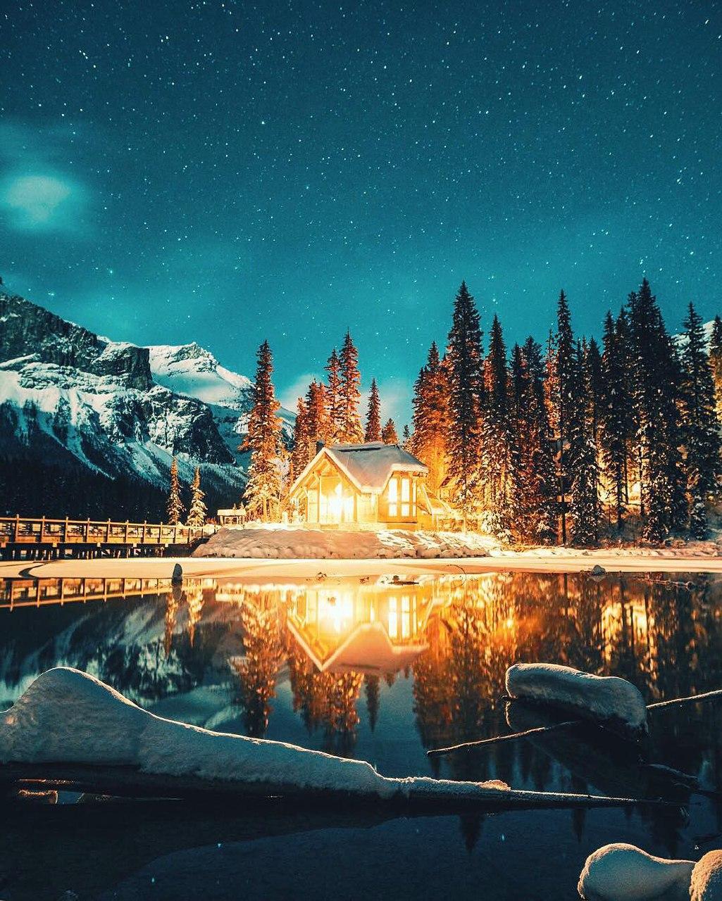عکس فوق العاد زیبا و رویایی کلبه کنار آب و آسمان پرستاره شب