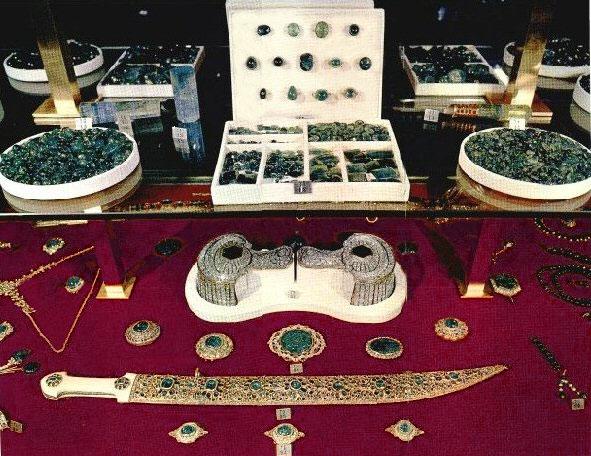 شمشیر جواهرنشان نادر بخش کوچکی از جواهرات نادر که اکنون قسمتی از جواهرات بانک مرکزی
