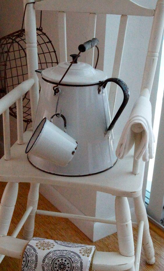 اشپزخانه هایی با پارچ قدیمی کتری لعابی همراه با فنجان لعابی