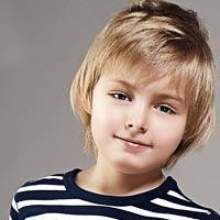 پسربچه خوش تیپ با شلوارک سفید