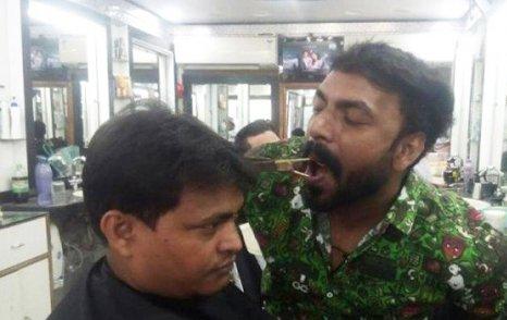 آرایشگری که با دهان موهای مشتری را کوتاه می کند!! عکس , جالب وخواندنی