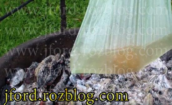 کلیپ جوشاندن آب بر روی آتش با پلاستیک