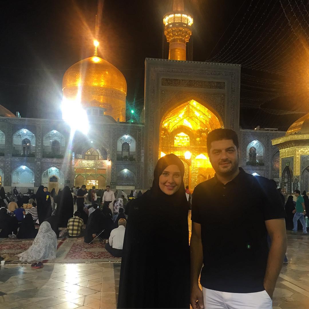سام درخشانی و همسرش در حرم امام رضا