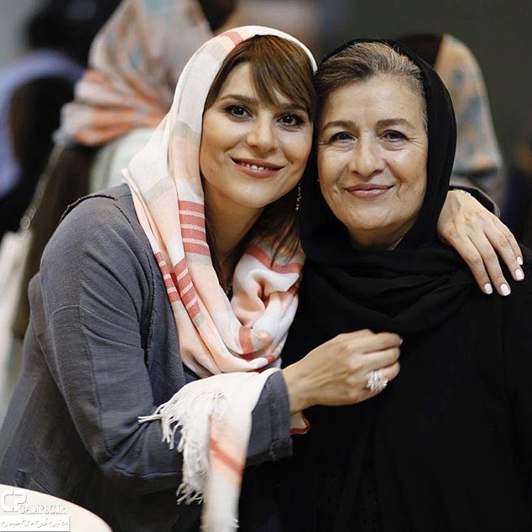 سحر دولتشاهی با مادرش در اکران فیلم بارکد