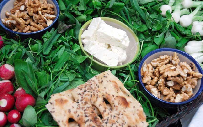 پرطرفدار ترین غذای سفره افطاری مردم قاضی جهان را گردوی خرد شده و پنیر تشکیل می دهد و مردم ارزش غذایی آن را با هیچ غذای دیگری برابر نمی دانند.