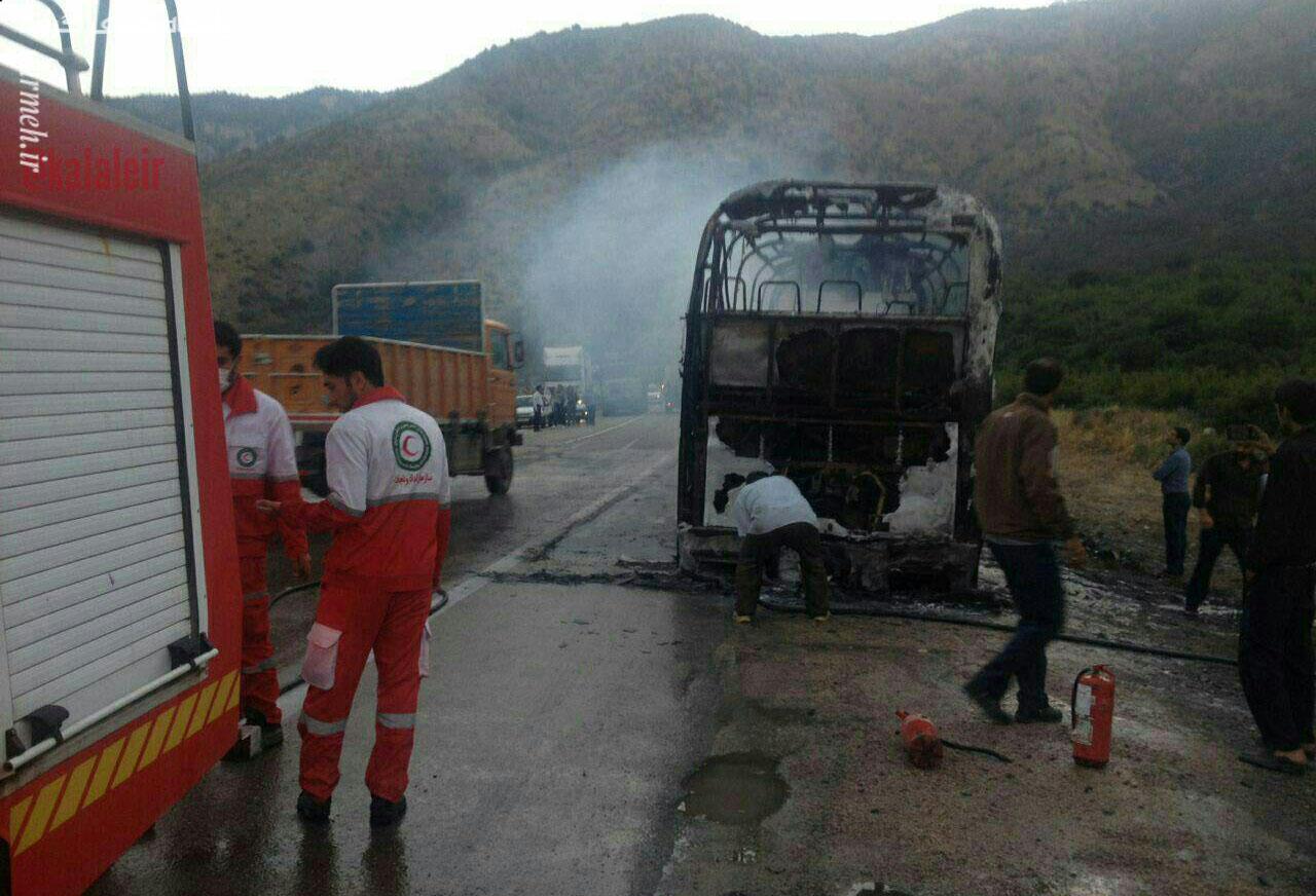 اتوبوس حامل ۲۶ مسافر در ورودی جنگل گلستان در آتش سوخت / تصاویر