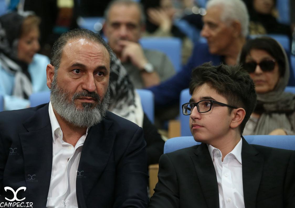 حمید فرخ نژاد و پسرش در مراسم افطاری حسن روحانی
