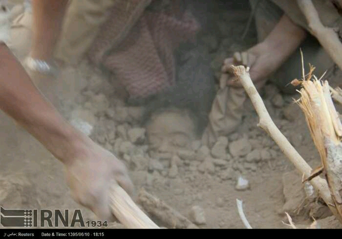 کودکي زير آوار ناشي از حملات جنگنده هاي عربستاني (  خدایا ریشه آل  سعود  را  نابود کن )