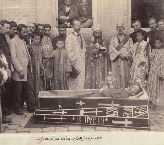 مراسم تشییع جنازه یک مسیحی در حال خواندن دعای میت توسط علی خان والی