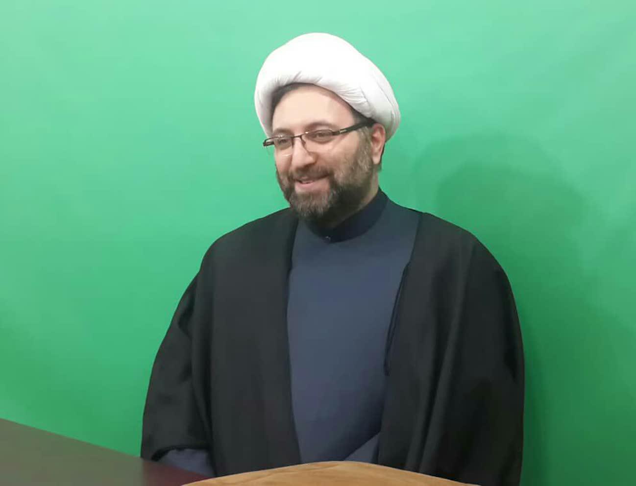 دکتر کامران اویسی در استودیو رادیو معارف برای ضبط برنامه رادیو قرآن