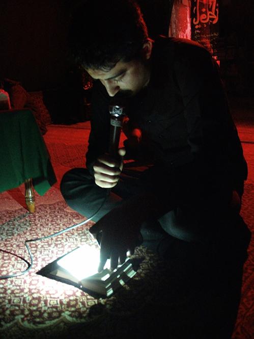 قرائت زیارت عاشورا توسط کربلائی رامین شاه آبادی در حسینه شهیددولت آبادی