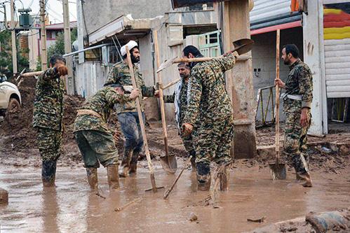 مدافعان ایران-نیروهای جهادی در حال خدمت رسانی به سیل زدگان
